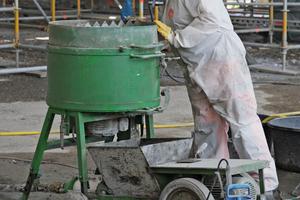 Rechts: Der Carbonbeton wurde in der Halle durch einen unter erhöhtem Atemschutz arbeitenden Handwerker frisch angemischt