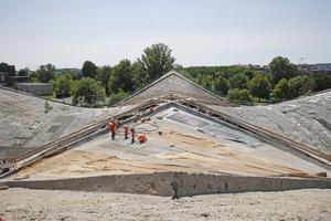 """Der Blick auf die Baustelle zeigt die enormen Ausmaße der Hyperschale von Müther in Magdeburg<span class=""""bildnachweis"""">Fotos: Robert Mehl</span>"""