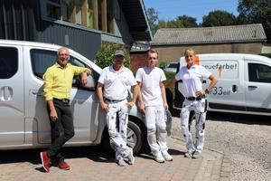 """Volker Kempen (links) und sein Team von """"neuefarbe!"""" vor dem Testwagen, einem Nissan """"e-NV200"""" mit einer Reichweite von 275 Kilometern und 80 Kilowatt starkem Elektroantrieb"""