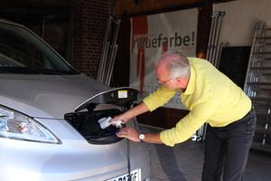 """Volker Kempen lud den Nissan """"e-NV200"""" über Nacht an einer gewöhnlichen 230 Volt Steckdose auf – völlig ausreichend bei einer täglichen Fahrstrecke von durchschnittlich 180 KilometernFotos: Olaf Meier"""