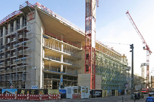 Schon der Rohbau in Stahlbetonbauweise wird an der Gebäudeecke durch eine schräg gestellte Wand dominiert