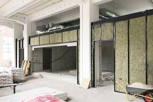"""Links: Bei der Grundkonstruktion für die Kantine kam ebenfalls das """"Edificio-System"""" zum Einsatz"""