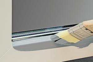 Wirtschaftlich und zeitsparend: Da das 2K-PUR-System auf Hart-PVC direkt haftet, kann der Basisanstrich ohne vorherige Grundierung sofort appliziert werden. Dichtungen und Silikonfugen dürfen maximal 1 mm überlappend gestrichen werden
