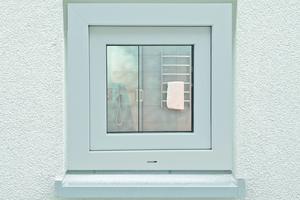 Das fertig beschichte Fenster überzeugt durch ein perfektes Finish, das sich auch farblich harmonisch in die neue Fassadengestaltung einfügt