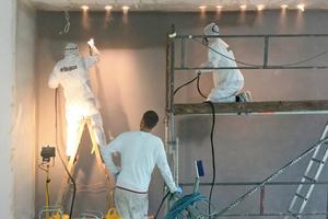 """Im rationellen Spritzverfahren beschichteten die Maler die grundierten Gipskartonflächen mit """"Hydro-PU-Spray Seidenmattlack 2188"""" im gewünschten Farbton Anthrazit und wählten für das Oberflächenfinish """"Softfeel 2060""""<span class=""""bildnachweis"""">Foto: Brillux</span>"""