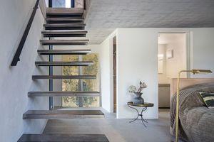 Dank der in der Außenwand montierten Stufen scheint die Treppe zur Glockenstube zu schweben