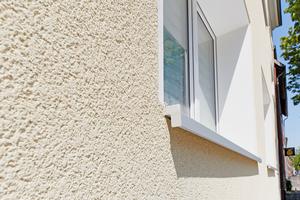 Mineralische Edelputze werden bevorzugt in natürlichen Farbtönen eingesetzt, die an Zuschlagsstoffe wie Kalk oder Sand erinnern