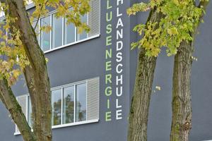 """Links: Durch den Einsatz von NIR-Pigmenten konnte bei dieser Fassade ein thermisch sicherer TSR-Wert erzielt werden – bei gleichem Farbeindruck<span class=""""bildnachweis"""">Fotos: Saint-Gobain Weber</span>"""
