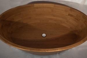 Eine Holzbadewanne ist in jeder Hinsicht ein Hingucker. Sie überzeugt durch wohnliche Atmosphäre und ein außergewöhnliches Badegefühl<br />Foto: Franziska Hoberg
