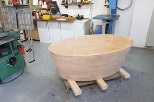 Jede Badewanne wird in liebevoller Handarbeit von Tischler Andreas Hoberg hergestellt