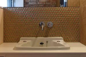 Kronkorken dienen als Mosaikfliesen im Gäste-WC und in den Bädern im Obergeschoss