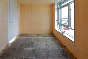 Im Obergeschoss verlegten die Handwerker alte Gehwegplatten als Estrich-Ersatz auf einem Filz aus Hanf