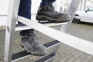 """Auf der rutschhemmenden Trittauflage """"clip-step"""" saugt sich die Sohle der Arbeitsschuhe geradezu festFotos: Thomas Schwarzmann"""