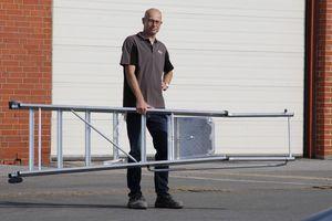 Die uns zur Verfügung gestellte 2,55 m lange Testleiter wiegt lediglich rund 12 kg und ließ sich leicht mit einer Hand tragen