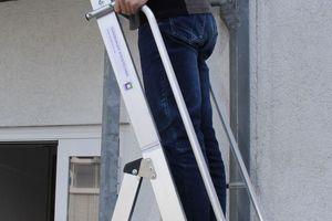 Beidseitige Handläufe und eine 1 m hohe Umwehrung sorgen für ein Sicherheits-Plus bei der ArbeitFotos: Thomas Schwarzmann