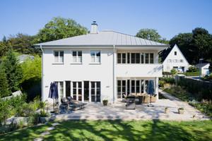Der Neubau in Mülheim an der Ruhr fügt sich durch seine klassische Form mit Zeltdach optimal in die Umgebung ein