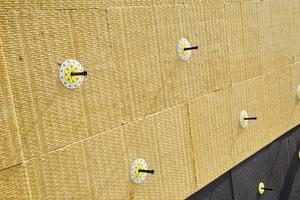 Die Mineralwoll-Dämmplatten werden lediglich unter Zuhilfenahme eines Zusatztellers montiert