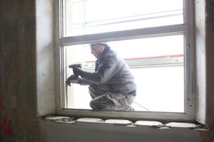 Verankerung der Fenster mit langen Spezialschrauben im Mauerwerk