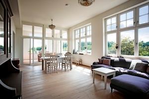 Der hohe Anteil an großformatigen Holzdenkmalfenstern in Weiß sorgt für helle Räume mit viel Tageslicht in dem historischen Gebäude