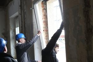 Einsetzen eines Fensterrahmens