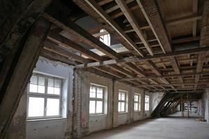 Links: Auch das Dachgeschoss, das vor der Sanierung ungenutzt war, wurde ausgebaut und mit Holzdenkmalfenstern ausgestattet
