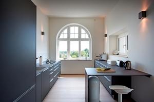 Unterschiedliche Fenstergeometrien waren eine besondere Herausforderung bei der Fenstersanierung, beispielsweise die Kombination Bogenfenster und RolllädenFotos: Kneer-Süd-fenster