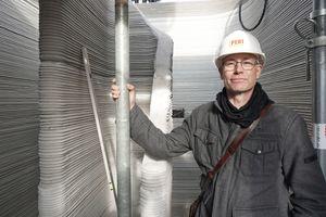 Thomas Wieckhorst, Chefredakteur der bauhandwerk, im Treppenhaus des zurzeit im 3D-Druckverfahren aus Beton in Beckum entstehenden Einfamilienhauses Kontakt: 05241/801040, thomas.wieckhorst@<br />bauverlag.de