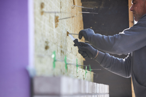 Kunststoffscheiben, die auf die Mauerwerksanker aus Edelstahl geschoben werden, dienen der Lagesicherung der Steinwolle-Dämmplatten