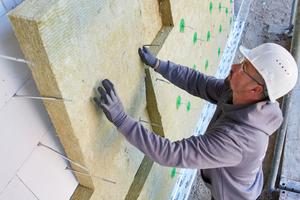 """Die neue """"Kernrock 033"""" Dämmplatte wird in bewährter Weise im Verband verlegt und so auf die Mauerwerksanker aufgebracht, dass sie dicht gestoßen ohne Fuge an der Wand und an der nächsten Platte anliegen"""