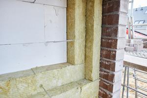 """Außenwandkonstruktion für ein KfW 40 Haus: Innen eine hoch tragfähige und stoßfeste Wand aus Porenbeton, außen witterungsbeständiger Verblendklinker in einer Dicke von 11,5 cm und dazwischen zwei Lagen der neuen """"Kernrock 033"""" Steinwolle-Dämmplatte"""