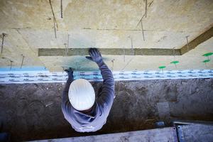 Bei einer zweilagigen Verlegung werden die Fugen der ersten Lage durch eine Platte in der zweiten überdeckt. Optimaler Wärmeschutz in einer zweischaligen Außenwandkonstruktion