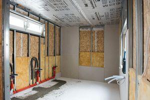 Rechts: Die gedämmte Installationsebene wird innen mit Gipskartonplatten beplankt