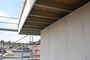 Dachüberstand und Beplankung der Außenwände mit Faserzementplatten