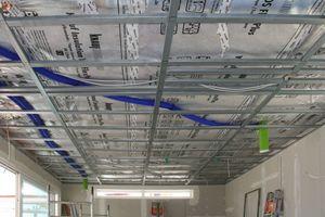 Rechts: Unterkonstruktion aus Stahlprofilen für die abgehängte Trockenbaudecke