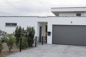 Auf der Straßenseite ist die Garage an das Wohnhaus angebaut