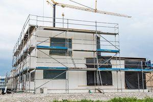 Bekleidung der Faserzementplatten der Außenwände mit einem WDVS<br />Fotos: Frank Mauer