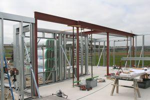 Rechts: Die statische Grundlage des Hauses bilden C- und U-Profile, die auf der Baustelle zu einer Rahmenkonstruktion zusammengesetzt werden