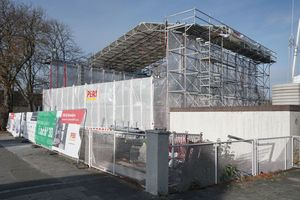 Auf dieser ersten Betondruckbaustelle Deutschlands ist noch eine Einhausung auf einer Höhe von 5m installiert, um einen gewissen Wetterschutz zu bieten