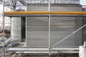 Im Streiflicht ist die in Schichten gedruckte Oberflächenstruktur der Fassade besonders gut zu erkennen