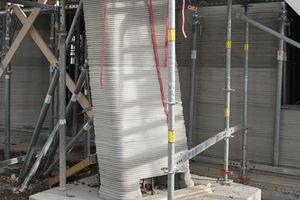 Die gedreht geneigt gedruckte Vordachstütze bot die Gelegenheit eine Stütze mit Stahlbeton ohne Schalung zu bauen