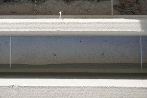 Zwischen der Wetter- und Innenschale der Außenwand befindet sich Perliteschüttung als Wärmedämmung