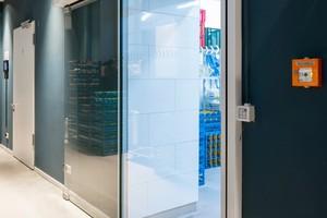 """Die Küchenzugänge im Restaurant am Mutter-Ey-Platz sind mit gläsernen Automatikschiebetüren des Typs """"AD 100-XE ausgestattet"""