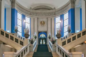 Die öffentlich zugängliche Halle bildet das Herzstück des ehemaligen Gerichtsgebäudes und heutigen Hyatt House. Die zweiflügelige Schörghuber T30 Brandschutztür am Ende der Treppe führt in den Bereich, der ausschließlich den Hotelgästen vorbehalten ist Fotos: Andreas Muhs / Hörmann / Schörghuber