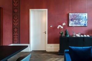 Rechts: Als Zutrittslösungen der Suiten für Eingang, Schlafräume und Bäder setzte man Schörghuber Vollholztüren ein