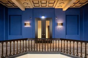 Die dem Original nachgebildete Deckengestaltung und eine Galerieebene. Eine doppelflügelige Schörghuber T30 Brandschutztür verbindet die Galerie mit dem Zimmerflügel im HotelbereichFotos: Andreas Muhs / Hörmann / Schörghuber