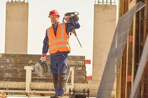 Auf vielen Baustellen wird heute erwartet, dass Beschäftigte mindestens eine Warnweste tragen. Für deren Sauberkeit und Schutzwirkung sorgt der Textilservice von MEWA<br />Foto: MEWA
