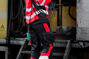 Hohe Sichtbarkeit ist nicht ausschließlich an Hi-Vis-Gelb oder Orange gebunden. Für einen modernen Auftritt kombiniert Engel Workwear in seiner Safety-Kollektion auch HiVis-Rot mit Schwarz<br />Foto: F Engel