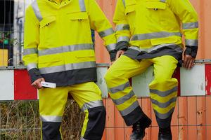 """Die Warnkleidung """"Profi Line Highvis"""" von CWS kombiniert Fluoreszierendes Gelb mit der Trendfarbe GrauFoto: CWS"""