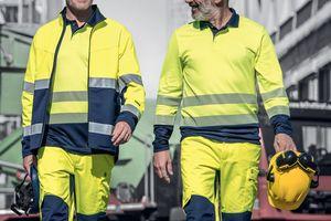 """Auf Baustellen, zwischen rangierenden Lkw, werden Beschäftigte dank Warnkleidung wie der """"Construction"""" von UVEX besser wahrgenommen<br />Foto: UVEX"""