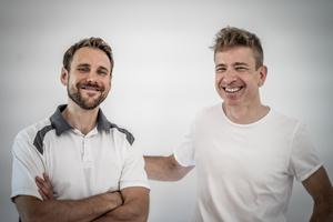 Malermeister Nico Heußer (links) hat Gregor Müller mit Anregungen und Kritik bei der Entwicklung der Software geholfen